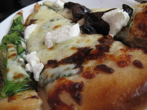 011spinach mushroom balsamic goat cheese pizza